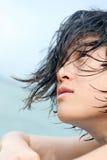 Ασιατικό κορίτσι με το υγρό τρίχωμα στοκ φωτογραφίες