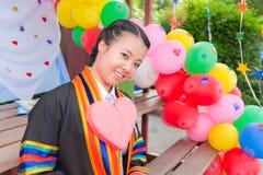 ασιατικό κορίτσι μπαλονιών που βαθμολογείται Στοκ εικόνες με δικαίωμα ελεύθερης χρήσης