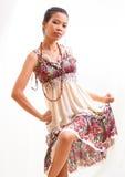Ασιατικό κορίτσι ομορφιάς στο ελαφρύ υπόβαθρο Στοκ Φωτογραφίες