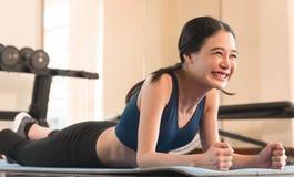 Ασιατικό κορίτσι που γελά επιλύοντας στη γυμναστική Στοκ Εικόνες