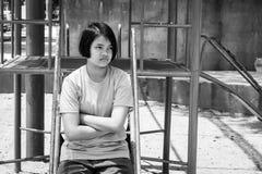 Ασιατικό κορίτσι που κάθεται μόνο γραπτό Στοκ Φωτογραφία