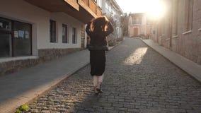 Κορίτσι που περπατά κάτω από την οδό φιλμ μικρού μήκους