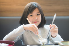 Ασιατικό κορίτσι που τρώει το sukiyaki Στοκ Εικόνες