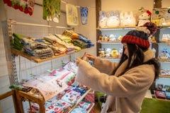 Ασιατικό κορίτσι στον τρόπο αγορών στοκ εικόνες