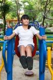Ασιατικό κορίτσι workout στο φραγμό εμβύθισης Στοκ Εικόνα