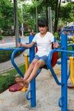 Ασιατικό κορίτσι workout στο φραγμό εμβύθισης Στοκ Εικόνες