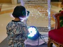 Ασιατικό κοριτσάκι στα επίκεντρα των οδηγήσεων - ζημία αμφιβληστροειδών του μωρού από στο φωτεινό φως στοκ φωτογραφία με δικαίωμα ελεύθερης χρήσης