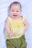 Ασιατικό κοριτσάκι στο παραδοσιακό ταϊλανδικό φόρεμα Στοκ Εικόνα