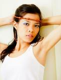Ασιατικό κοριτσιών από τον τοίχο Στοκ φωτογραφία με δικαίωμα ελεύθερης χρήσης