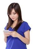Ασιατικό κοριτσιών το έξυπνο τηλέφωνό της, που απομονώνεται με στο λευκό Στοκ Εικόνες