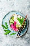 Ασιατικό κύπελλο σούπας νουντλς udon Vegan με την πιπερόριζα και το ζωμό μανιταριών, tofu, τα αιφνιδιαστικά μπιζέλια, τα κολοκύθι Στοκ εικόνα με δικαίωμα ελεύθερης χρήσης