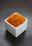 Ασιατικό μίγμα καρυκευμάτων χορταριών στο σκοτεινό κεραμικό πιάτο Στοκ Εικόνες