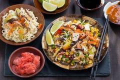 Ασιατικό μεσημεριανό γεύμα - τηγανισμένο ρύζι με tofu και τα λαχανικά, τοπ άποψη στοκ εικόνα με δικαίωμα ελεύθερης χρήσης