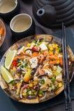 Ασιατικό μεσημεριανό γεύμα - τηγανισμένο ρύζι με tofu και τα λαχανικά, τοπ άποψη στοκ εικόνα