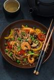 ασιατικό μεσημεριανό γεύμ Νουντλς φαγόπυρου με τα θαλασσινά και τα λαχανικά στοκ εικόνες με δικαίωμα ελεύθερης χρήσης