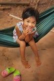 Ασιατικό μικρό κορίτσι στο χαμόγελο αιωρών Στοκ εικόνες με δικαίωμα ελεύθερης χρήσης