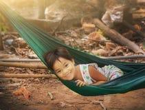 Ασιατικό μικρό κορίτσι στο χαμόγελο αιωρών Στοκ φωτογραφίες με δικαίωμα ελεύθερης χρήσης
