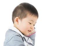 Ασιατικό μικρό παιδί που κουβεντιάζει από κινητό Στοκ φωτογραφία με δικαίωμα ελεύθερης χρήσης