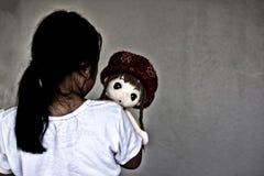 Ασιατικό μόνο κορίτσι με τη λυπημένη χειρονομία κουκλών Φοβέρα και απομόνωση Στοκ Εικόνα