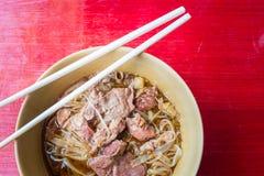 Ασιατικό νουντλς με το μαγειρευμένο χοιρινό κρέας στο κύπελλο στοκ εικόνα με δικαίωμα ελεύθερης χρήσης