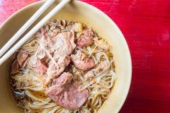 Ασιατικό νουντλς με το μαγειρευμένο χοιρινό κρέας στο κύπελλο στοκ εικόνες με δικαίωμα ελεύθερης χρήσης