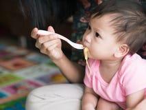 Ασιατικό νουντλς σίτισης μητέρων το μικρό παιδί της εσωτερικό Στοκ Εικόνες