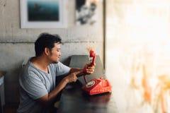 Ασιατικό ντροπαλό περιμένοντας τηλεφώνημα ατόμων σε μια καφετερία στοκ εικόνες με δικαίωμα ελεύθερης χρήσης