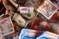 Ασιατικό νόμισμα - καμποτζιανό RIEL, βιετναμέζικοι ήχος καμπάνας και σημειώσεις αμερικανικών δολαρίων στοκ εικόνα με δικαίωμα ελεύθερης χρήσης