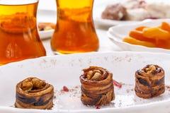 Ασιατικό ξηρό πεπόνι γλυκών με τα ξύλα καρυδιάς, τα ξηρά βερίκοκα και το τσάι στα γυαλιά γυαλιού Στοκ εικόνες με δικαίωμα ελεύθερης χρήσης