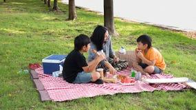 Ασιατικό οικογενειακό πικ-νίκ Στοκ φωτογραφία με δικαίωμα ελεύθερης χρήσης