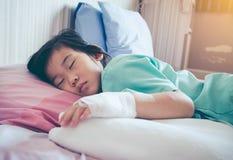 Ασιατικό παιδί ασθένειας που αναγνωρίζεται στο νοσοκομείο με αλατούχο ενδοφλέβιο Στοκ Εικόνες