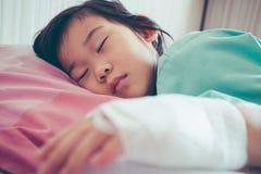 Ασιατικό παιδί ασθένειας που αναγνωρίζεται στο νοσοκομείο με αλατούχο ενδοφλέβιο Στοκ Φωτογραφία