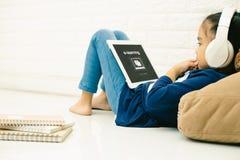 Ασιατικό ασιατικό παιδί παιδιών που χρησιμοποιεί το lap-top με την επιγραφή στην ε-εκμάθηση οθόνης Σε απευθείας σύνδεση εκπαίδευσ στοκ εικόνες με δικαίωμα ελεύθερης χρήσης