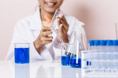 Ασιατικό παιχνίδι κοριτσιών ως επιστήμονα στο πείραμα Στοκ Φωτογραφία