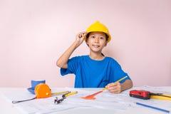 Ασιατικό παιδί κοριτσιών που παίζει ως μηχανικό το σχεδιάγραμμα οικοδόμησης στοκ φωτογραφίες με δικαίωμα ελεύθερης χρήσης
