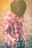 Ασιατικό παιδί με την ενίσχυση - γυαλί στο πάρκο στις διακοπές Εκπαίδευση Στοκ φωτογραφία με δικαίωμα ελεύθερης χρήσης