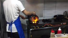 Ασιατικό παραδοσιακό μαγείρεμα στην πυρκαγιά απόθεμα βίντεο