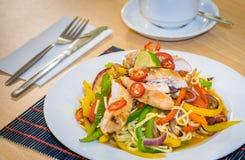 Ασιατικό πιάτο κοτόπουλου και νουντλς στοκ εικόνες