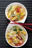 Ασιατικό πιάτο με το κοτόπουλο, τα διαφορετικά λαχανικά και το ρύζι Στοκ Εικόνες