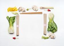 Ασιατικό πλαίσιο σχεδιαγράμματος τροφίμων δημιουργικό στο άσπρο υπόβαθρο γραφείων, τοπ άποψη Ασιατικά συστατικά κουζίνας Στοκ Φωτογραφίες