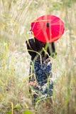 Ασιατικό πορτρέτο γυναικών με την κόκκινη ομπρέλα Στοκ φωτογραφία με δικαίωμα ελεύθερης χρήσης