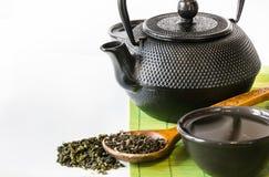 Ασιατικό πράσινο τσάι που τίθεται στο χαλί μπαμπού με το ξηρό πράσινο τσάι στο κουτάλι Ασιατική έννοια τσαγιού Στοκ φωτογραφίες με δικαίωμα ελεύθερης χρήσης