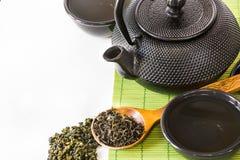 Ασιατικό πράσινο τσάι που τίθεται στο χαλί μπαμπού με το ξηρό πράσινο τσάι στο κουτάλι Ασιατική έννοια τσαγιού Στοκ Εικόνα
