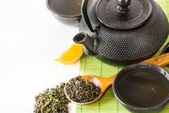 Ασιατικό πράσινο τσάι που τίθεται στο χαλί μπαμπού με το ξηρό πράσινο τσάι στο κουτάλι Ασιατική έννοια τσαγιού Στοκ φωτογραφία με δικαίωμα ελεύθερης χρήσης