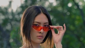 Ασιατικό πρότυπο πορτρέτο μόδας με τη δημιουργική μοντέρνη σύνθεση υπαίθρια απόθεμα βίντεο