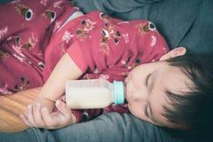 Ασιατικό πόσιμο γάλα μωρών από το μπουκάλι στοκ εικόνες με δικαίωμα ελεύθερης χρήσης