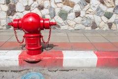 Ασιατικό στόμιο υδροληψίας πυρκαγιάς στην οδό Χαρακτηριστικό κόκκινο στόμιο υδροληψίας Ασιάτης πυρκαγιάς στην οδό Στοκ Φωτογραφίες