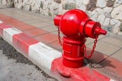 Ασιατικό στόμιο υδροληψίας πυρκαγιάς στην οδό Χαρακτηριστικό κόκκινο στόμιο υδροληψίας Ασιάτης πυρκαγιάς στην οδό Στοκ φωτογραφία με δικαίωμα ελεύθερης χρήσης