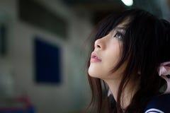 Ασιατικό σχολικό κορίτσι με τα γοητευτικά μάτια Στοκ Φωτογραφίες