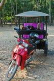 Ασιατικό ταξί δίτροχων χειραμαξών στην Καμπότζη Tuk Tuk Angkor Wat Στοκ Φωτογραφία